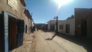 Leere Hauptstrasse von San Pedro in der Mittagshitze