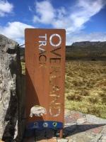 Overland Track Schild mit Wombat