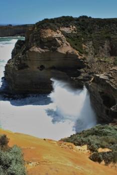 Wellen prallen mit voller Wucht auf die Küste