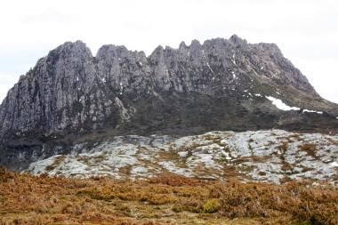 Imposante Felskulisse des Cradle Mountain - man sieht auch den Weg, der hoch führt