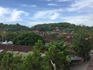 Über den Dächern von Padangbai. Aussicht vom Balkon