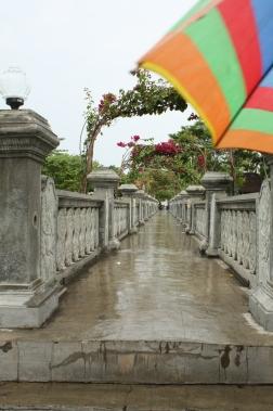 Regenschirm und Brücke